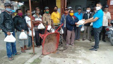 Photo of Martin Manurung Salurkan Bantuan Ke Komunitas Pengangkut di Pasar Doloksanggul