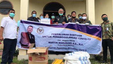 Photo of Martin Manurung Beri APD untuk Tenaga Medis di Toba
