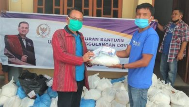 Photo of Martin Manurung Salurkan Bantuan Sembako di Kabupaten Toba