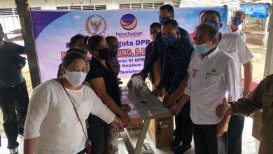 Photo of Anggota DPR RI Paling Muda Dapil Sumut II ini Bagikan Alat Konveksi di Toba